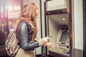 Die 2-Faktor-Authentifizierung ist kein neues Phänomen, sondern in einigen Lebensbereichen schon Alltag (z. B. beim Geldabheben).