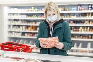 Darf ein Ladeninhaber die Vorlage von einem Attest über die Befreiung von der Maskenpflicht verlangen?