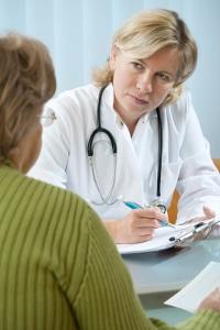 Gemäß Datenschutz darf ein Arzt Daten nur selten weitergeben.