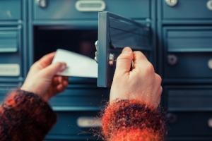 In bestimmten Fällen kann durch ein Gesetz das Briefgeheimnis aufgehoben werden.