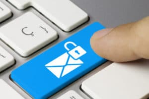 Der bei Gmail vereinbarte Datenschutz ermöglicht es Google im Verdachtsfall, die Mails mitzulesen und personenbezogene Daten an die Behörden zu übermitteln.