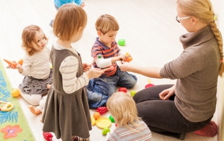 Medienkompetenz: Bereits Kindern können Sie vermitteln, dass es verschiedene Arten von Medien gibt und bspw. welche mit ihnen gemeinsam herstellen.