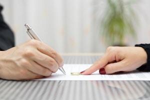 Eine Verschwiegenheitserklärung nach DSGVO müssen (so gut wie) alle Mitarbeiter unterschreiben.